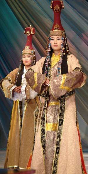 Тувинские девушки-модели в национальных костюмах.