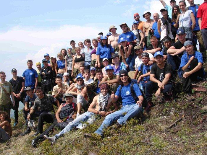 25 добровольцев, откликнувшихся на призыв в социальных сетях прийти и убрать берег енисея, получили карты добра