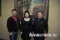 Чурук Шой подарил Национальному музею Тувы свою картину