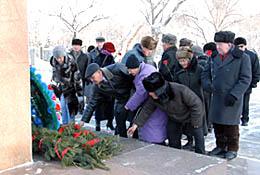 Возложение венков к памятнику Салчаку Токе. Фото Виталия Шайфулина