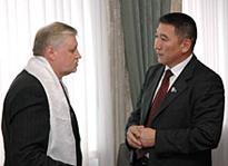 Сергей Миронов и Василий Оюн. Фото Виталия Шайфулина, пресс-служба парламента