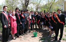 Выпускники Государственного лицея Республики Тыва 2006 года и директор лицея Татьяна Санчаа. Фото Оюмыы Хомушку