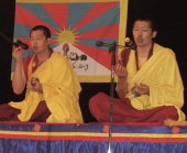 Монахи монастыря Гьюдмед желают Далай-ламе долгих лет жизни. Фото Чимизы Ламажаа