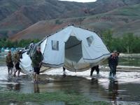 Во время паводка в Туве лагерь спасателей на международных соревнованиях по многоборью спасателей пришлось дважды перебазировать. 2006 год. Фото пресс-службы МЧС