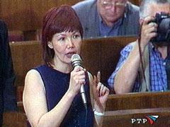 Дина Оюн задает вопрос на пресс-конференции В.Путина. 2002. Фото программы Вести-Недели