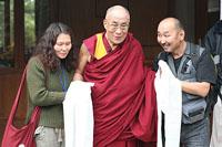 Его Святейшество Далай-лама с тувинскими журналистами Саяной Монгуш и Орланом Дамба-Хуураком. Фото с сайта savetibet.ru