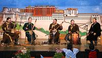 Артисты национального оркестра республики Тува Андрей Монгуш, Аян-оол Сам, Саян Чамбал, Начын Чооду и Айхан Ооржак выступают в школе для детей тибетских беженцев. Фото с сайта savetibet.ru