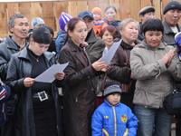 Фото Виталия Шайфулина. Погорельцы изучают договоры социального найма