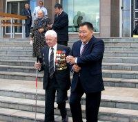 Глава Тувы поблагодарил фронтовика, подарившего свою квартиру инвалиду