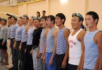 Главе Тувы в День ВДВ десантники подарили тельняшку