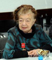 Поздравления с Днем рождения принимает легендарный педагог Тувы Регина Рафаиловна Бегзи
