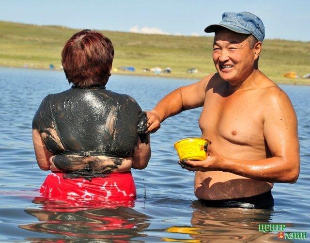 Китаянка и мужик на берегу лечебного озера видео — 5