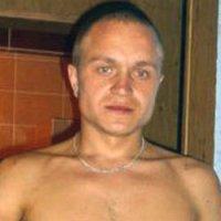"""В Туве водитель, сбивший насмерть четырех учителей, на суд явился в майке с надписью """"Настоящий мужчина"""""""
