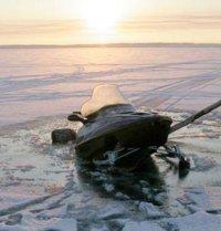 На озере Азас два человека утонули, провалившись под лед на снегоходе