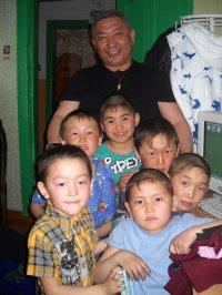 Депутат парламента Тувы помог детям из малообеспеченных семей приграничных сел