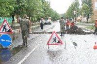 После ливневого дождя в столице Тувы машина провалилась в образовавшуюся на дороге яму