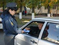 В Туве водителям старшего поколения вручали поздравительные открытки