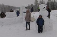 В Туве на открытии зимнего сезона лепили из снега символов Олимпиады в Сочи