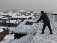 В Кызыле из-за обильного снегопада обвалилась крыша 12-квартирного дома