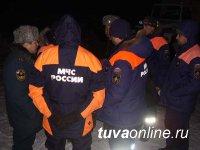 На месте поиска пропавших под лавиной в Туве школьников работают также 10 волонтеров из местных жителей