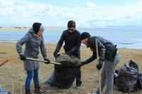 Три грузовые машины мусора собрали волонтеры на берегу озера Хадын (Тува)