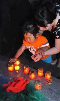 В Туве в День памяти и скорби поминальные свечи были зажжены от освященного в буддийском и православном храмах огня