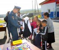 В Туве сотрудники МЧС помогли собраться в школу двум многодетным семьям