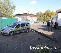 В Кызыле деревянная опора ЛЭП упала на такси
