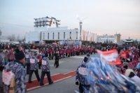 50-тысяч человек приветствовали Олимпийский огонь на главной площади Тувы