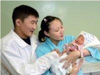 Глава Тувы поздравил родителей первого ребенка 2014 года