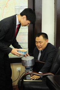 Юный изобретатель в Туве сконструировал электромельницу для производства далгана