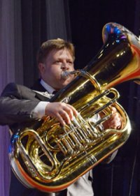 Обычно сдержанная кызылская публика на фестивале духовых оркестров кричит «Браво» и скандирует «Мо-лод-цы!»