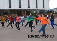 Почетный гражданин Кызыла Нина Сарыглар не пропускает ни одной утренней зарядки на площади Арата