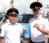 В Туве участковым уполномоченным полиции торжественно вручили госнаграды, а также ключи от новых служебных автомашин