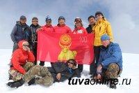 Флаг Кызыла на самую высокую вершину Тувы доставили депутаты Хурала представителей столицы