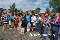 Три мешка игрушек и книг подарили депутаты Кызыла детворе Чеди-Холя
