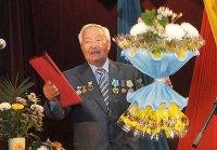 Народный писатель Тувы Александр Даржай принимает поздравления с юбилеем