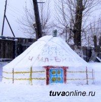 Пожарные Тувы творят из снега и льда юрту, овцу, Деда Мороза