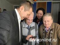«МегаФон» вручил ветеранам Тувы телефоны c кнопкой экстренного вызова