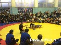 Мастер-класс для борцов Тувы провел 3-кратный олимпийский чемпион Бувайсар Сайтиев