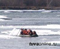 В Туве на реке Енисей спасатели сняли 4 рыбаков с оторвавшейся льдины