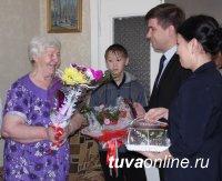 Кызыл: школьники поздравили узников фашистских лагерей