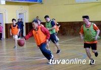 В Туве в День конституции политики и судьи сыграли в баскетбол