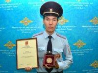 Полицейский Эрес Дондуп награжден Указом Президента грамотой и памятной медалью