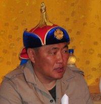 Главе Тувы вручили юбилейную медаль «250-летие Даа кожууна» и подарили шапку с золотым гербом