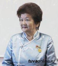 Народный врач Тувы Екатерина Норбу празднует 50-летие трудовой деятельности