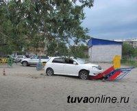 Кызыл: Автолюбительница без прав наехала на детскую площадку, где играл годовалый ребенок