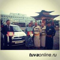 Легендарному хоомейжи Кайгал-оолу Ховалыгу на юбилей коллеги подарили автомашину с номером «Ховалыг-17»
