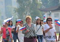 В Туве в День российского флага родилась новая традиция – начинать день с торжественного поднятия флагов
