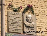 В Кызыле собирают и систематизируют информацию о мемориальных досках на зданиях города
